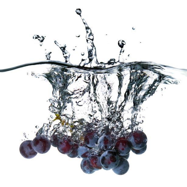 Фотообои для кухни винограда в воде (food-0000205)
