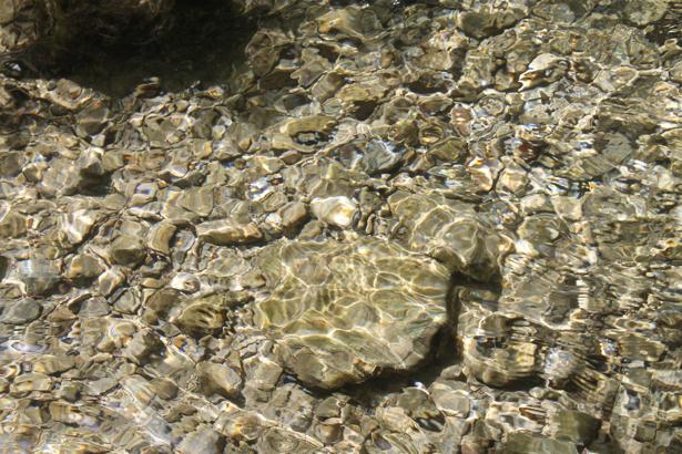 Фотообои для ванны камешки на дне (underwater-world-00114)