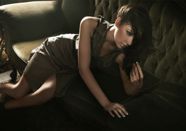 Фотообои девушка на диване (glamour-0000066)