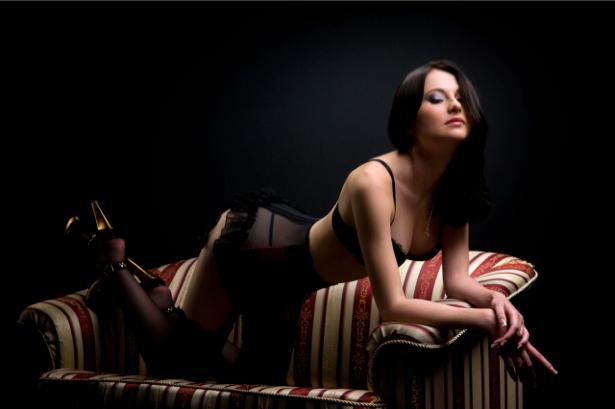 Фотообои девушка на полосатом диване (glamour-0000067)