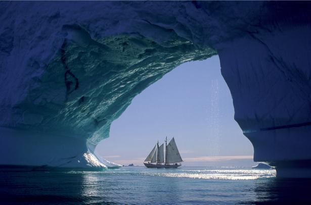 Фотообои парусник возле ледяного айсберга (transport-0000064)