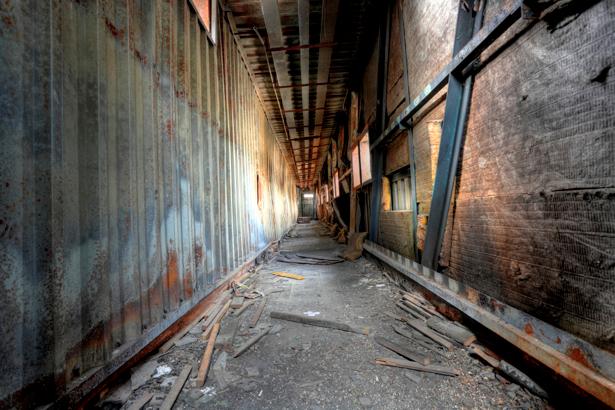Фотообои корридор заброшенного склада (city-0000311)