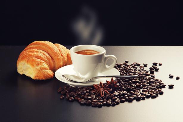 Фотообои чашка кофе ваниль круассан (food-0000136)