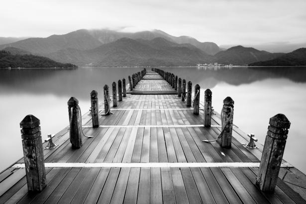 Фотообои с перпективой мост река ЧБ (nature-00410)