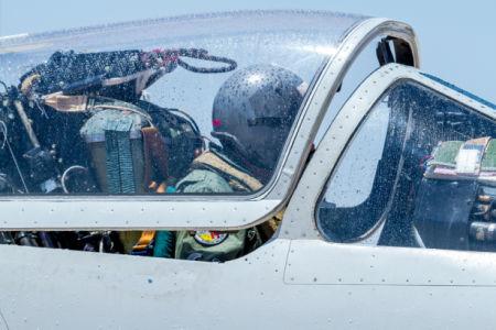 Фотообои летчик в кабине самолета (transport-0000252)