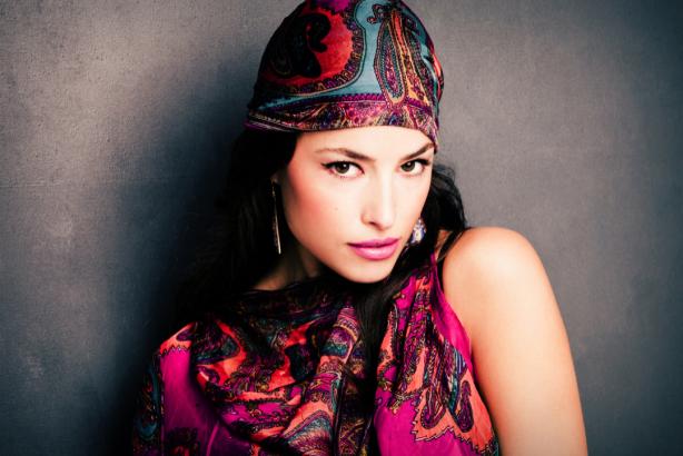 Фотообои девушка в платке взгляд (glamour-0000270)