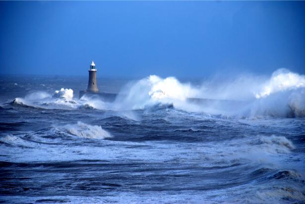 Фотообои море маяк в волах (sea-0000237)