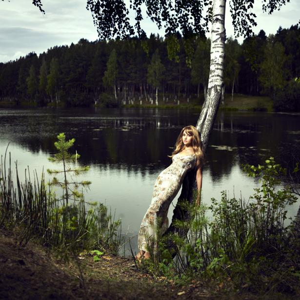 Фотообои девушка возле реки винтаж (glamour-0000087)