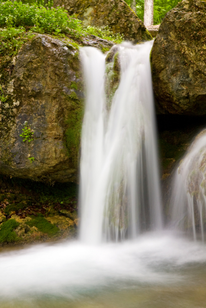 Фотообои горный водопад в камнях (nature-00446)