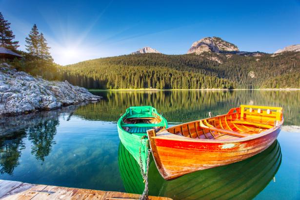 Фотообои горная река лодки (nature-0000667)