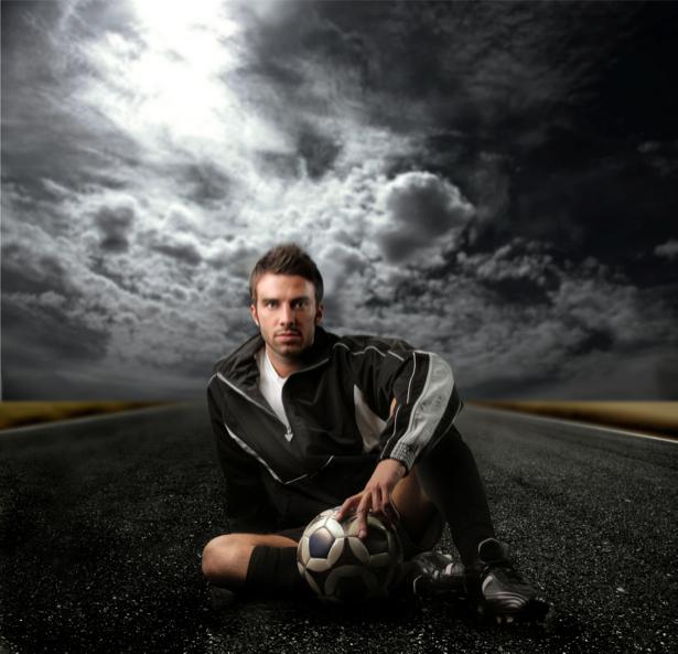 Фотообои футболист на фоне неба (sport-0000038)