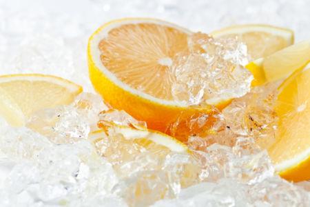 Фотообои на кухне лимон во льду (food-0000302)