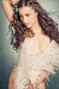 Фотообои красивая девушка с перьями (glamour-0000283)