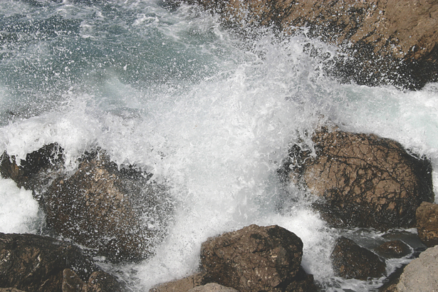 Фотообои волны бьющиеся о скалы (sea-0000241)