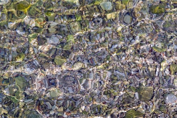 Фотообои для ванны дно горной реки (underwater-world-00121)