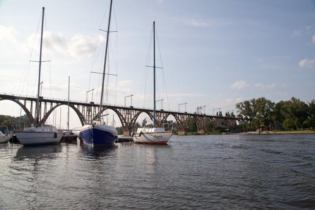 Фотообои Днепропетровск мост лодки Украина (city-0000879)