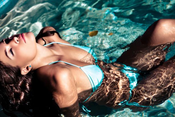 Фотообои в голубом купальнике (glamour-0000265)