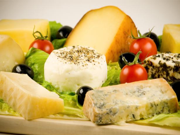 Фотообои для кухни сыры на столе (food-0000130)