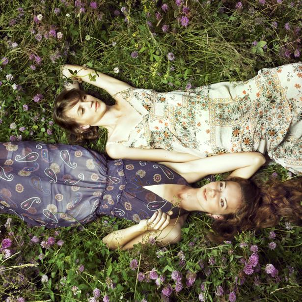 Фотообои девушки на поле с цветами (glamour-0000086)