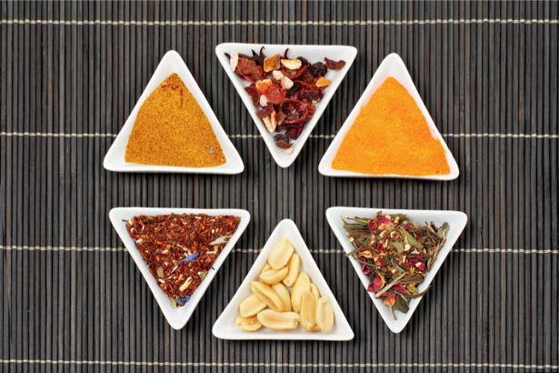 Фотообои для кухни специи на тарелках (food-0000179)