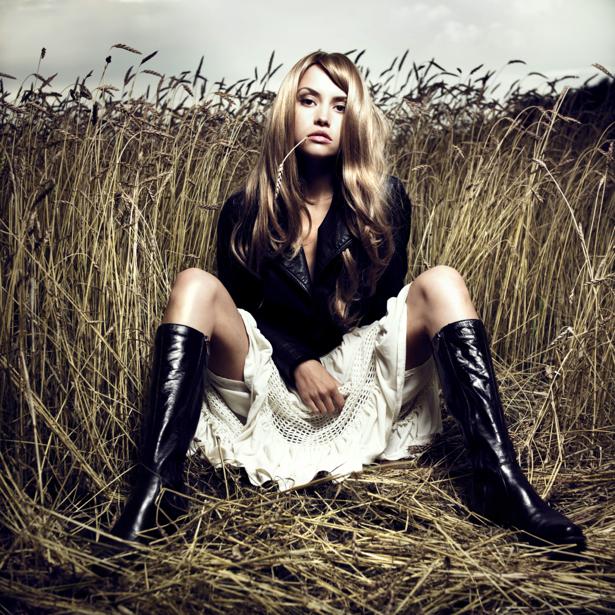 Фотообои девушка в поле винтаж (glamour-0000088)