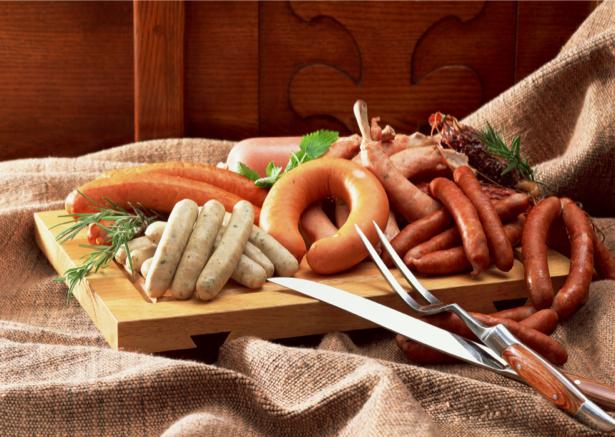 Фотообои кухня колбаса на столе (food-0000124)