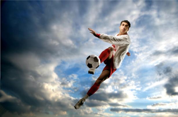 Фотообои футболист удар по мячу (sport-0000053)