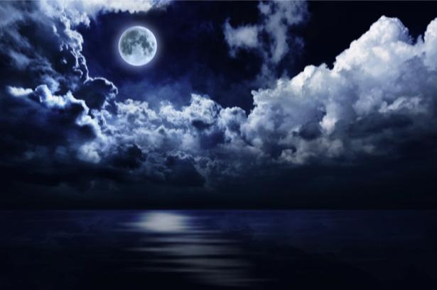 Фотообои луна над облаками (fantasy-0000090)