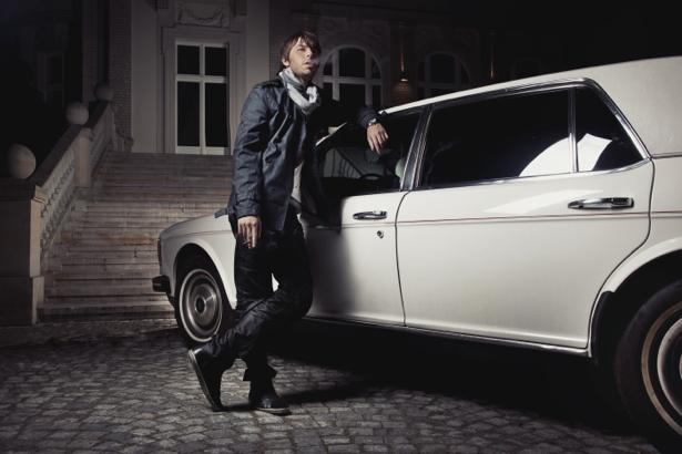 Фотообои белая машина возле дома (glamour-0000032)