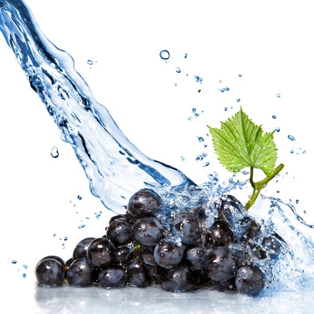 Гроздь винограда в воде фотообои кухня (food-0000208)