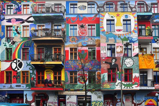 Фотообои граффити на доме (city-1439)