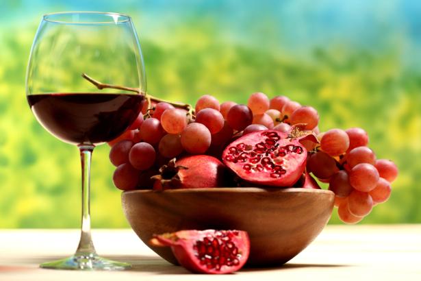 Фотообои для кухни бокал вина и фрукты (food-0000034)