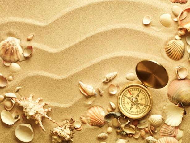Морские ракушки на песке и компас обои (underwater-world-00089)
