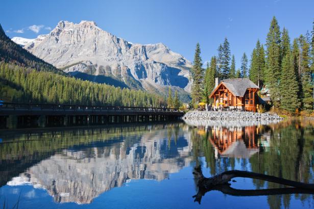 Фотообои домик на горной реке (nature-0000664)