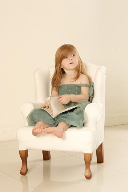 Фотообои девочка в кресле (glamour-0000093)